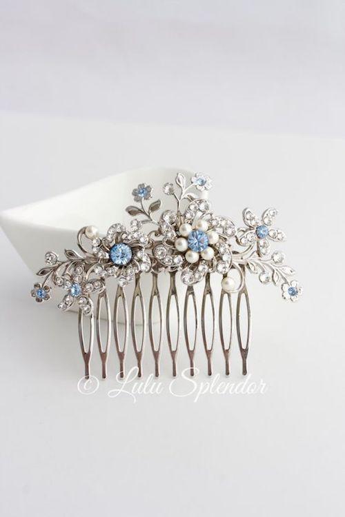 Peineta con flores enjoyadas perfecta para una novia clásica o vintage en plateado y azul.