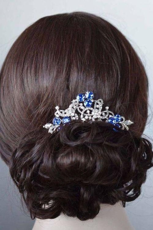Glam y azul para ayudarte a sostener tu velo de novia.