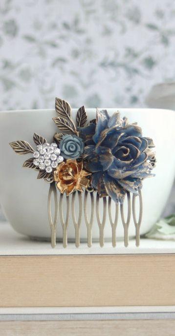 Una hermosa peineta con rosa en azul oscuro, pétalos dorados pintados a mano para tu algo azul.
