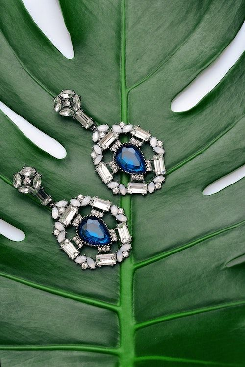 Bellos pendientes en azul para novias apegadas a la tradición. Foto: Avantgarde Concept/BYW.