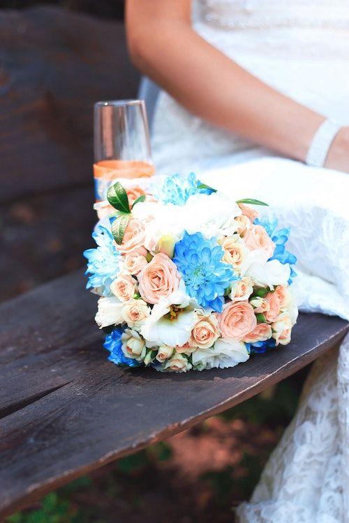 """Intercala unas flores para tu """"algo azul"""" en tu ramo de flores. Foto: Elena Taranenko/BYW."""