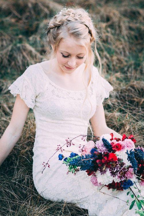 Delphiniums azules en un ramo de novia rústico boho en Maple Valley.