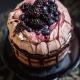 Merengue, chocolate, arándanos y grosellas. No es fácil elegir los sabores de tortas para bodas entre tanta tentación. Izzy Hudgins Photography.