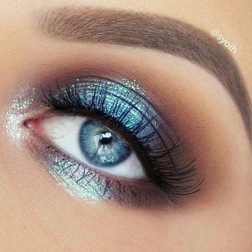 Hermosa sombra de ojos en azul metalizado que realmente complementa los ojos azules.