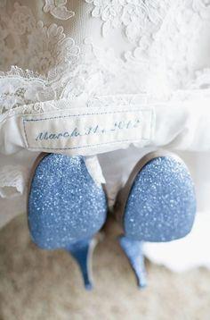 Pinta las suelas de tus zapatos en azul.