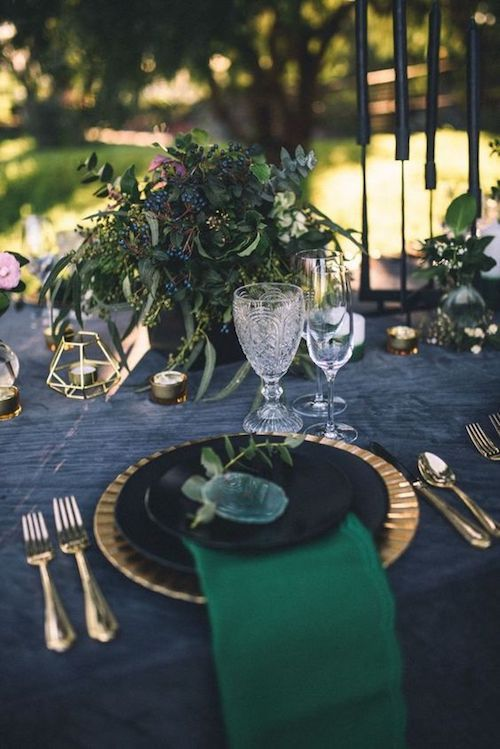 Glam up your tables with moody colors and geodes. Photo: Yvonne Goll.