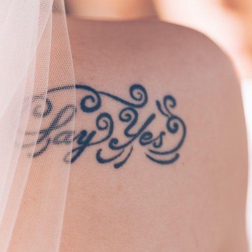 Tatuaje temporal en azul para la novia. Foto: Dominik Vanyi/BYW
