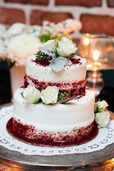 Torta para bodas con terciopelo rojo de Walmart. Nate Henderson Photography.