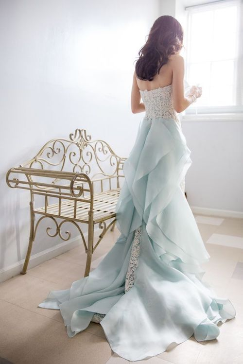 Vestido de novia de Oscar de la Renta en azul pálido en el St. Thomas Preservation Hall en Wilmington, NC. Foto: Theo Milo Photography.