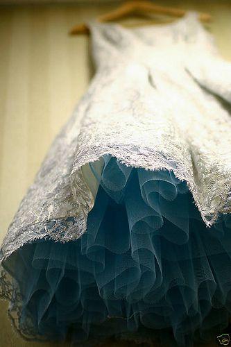¿Que tal esta idea de poner una falda de tul azul bajo el vestido de novia?