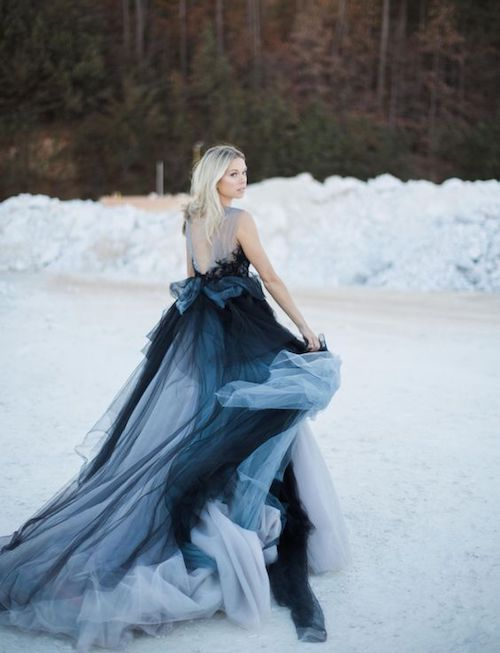 Refinado, chic y sofisticado vestido de novia en negro y azul. Enamorada a primera vista.