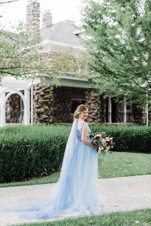 Vestidos de novia y velo en azul. Foto: My Blush Events, Saint Louis. MO.