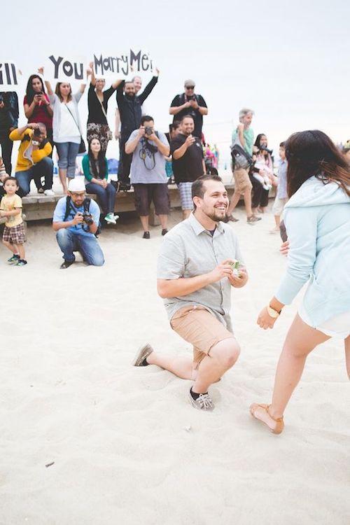 """Los cartelitos de """"Te casarías conmigo"""" como fondo dan para una toma fotográfica fabulosa."""