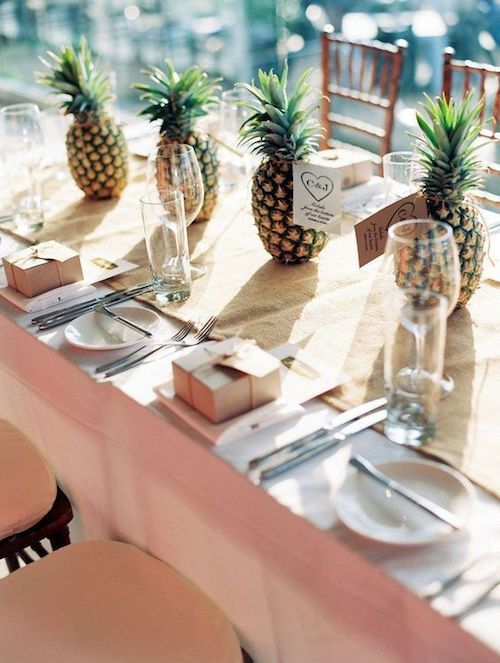 Tropical weddings deserve an original and affordable centerpiece: pineapples! Photo: Project Wedding.