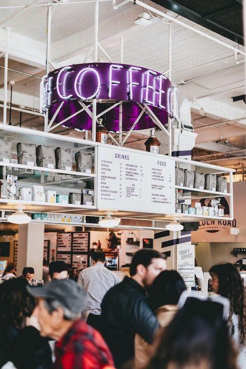 Anuncia tu propuesta por el sistema de sonido del Starbucks. Foto: Nathan Dumlao/BYW @nate_dumlao Los Angeles, California.