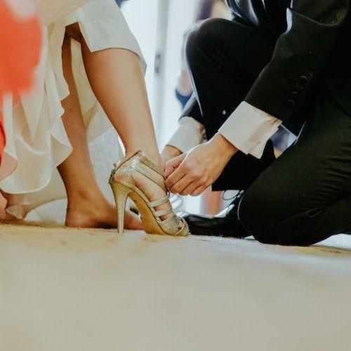 Típica excusa para arrodillarse sin que se de cuenta. Acompáñala a comprar zapatos. Foto: Jeremy Wong Weddings/BYW @jeremywongweddings