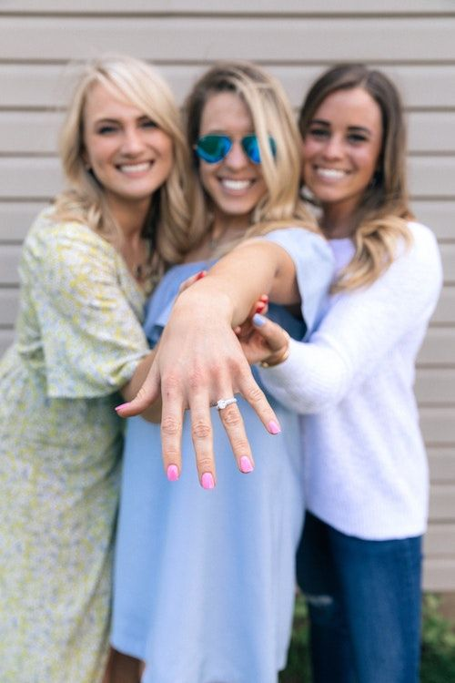 Ya es formal la cosa. Tienes anillo y tus amigas quieren saber cómo te propuso casamiento. ¡Pásale estas ideas a tu chico! Foto: Colin Maynard/BYW @invent