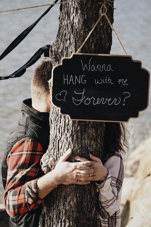 A veces en la sencillez de un cartelito se encuentran las ideas mas románticas para pedir matrimonio, y las mejores fotos. Fotografía: Seth Reese/BYW @seththr