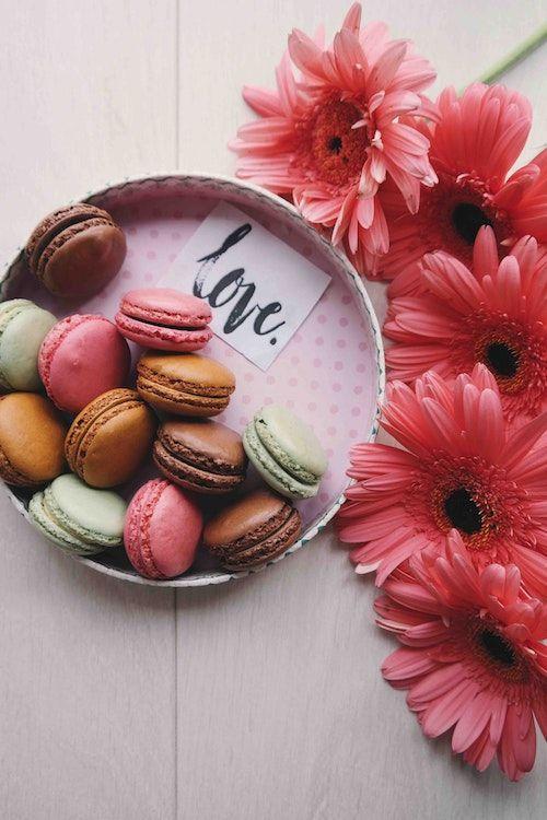 Ideas románticas y dulces para proponer matrimonio. Una nota debajo de los macarons y flores, por supuesto. Foto: Brigitte Tohm/BYW @brigittetohm