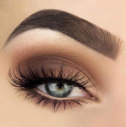 Maquillaje de ojos con delineado desnudo.