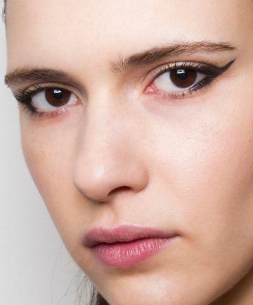 Maquillaje de ojos de gato sencillo de hacer con delineador líquido.