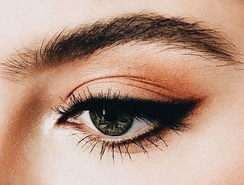 Maquillaje de ojos de gato.