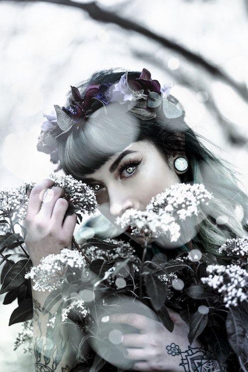 Dramático maquillaje de ojos invernal con mucho plateado para la temporada entrante. Foto: André Cuervo/BYW @konsttid
