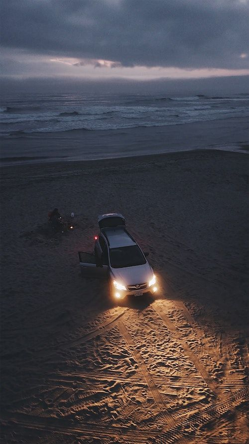 Para dar el si, esta pareja organizó una increíble velada acampando en las playas de la costa de Oregon. Cena junto al mar y al fuego rematado con una botella de vino y S'mores mientras observan la puesta del sol. Momentos inolvidables.