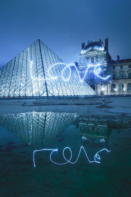 Pide su mano frente al museo del Louvre en Paris. Foto: Cédric Klei/BYW @caesix