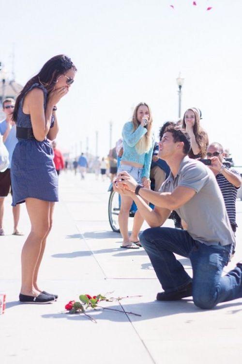 En su primer encuentro él le preguntó cómo quería que le propongan matrimonio. Un año más tarde se hizo realidad. Porque a veces, Flash Mobs pueden ser increíblemente tiernas y dulces.