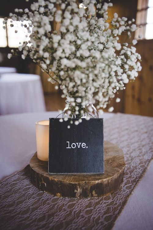 Rustic baby's breath centerpiece. Photography: Easton Oliver/BYW @oliver_visuals