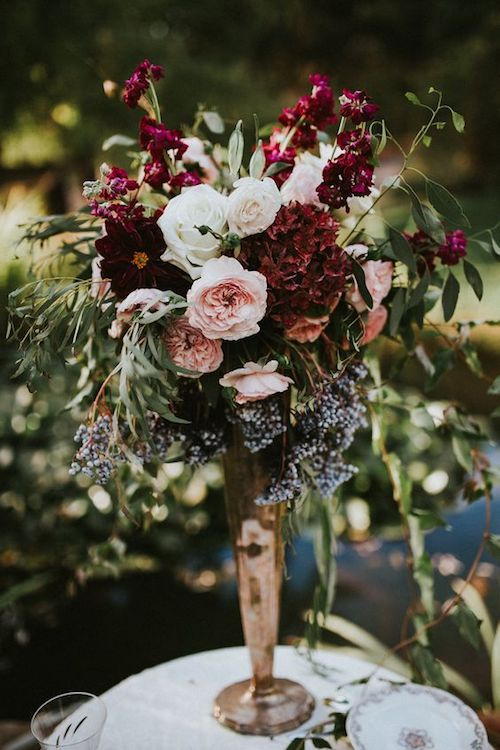 Tall vintage floral arrangement. Discover how do it at home on the blog!