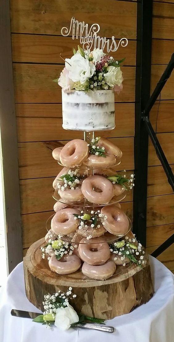 ¿Quieres ahorrar en tu pastel de boda y tener muchos pisos? Un piso de moca con un glaseado de espresso y pisos de donuts!