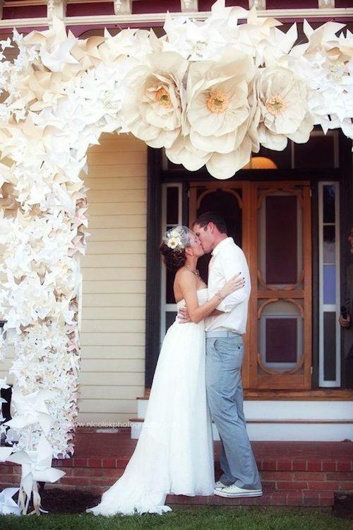 Arco de flores de papel gigantes para boda.