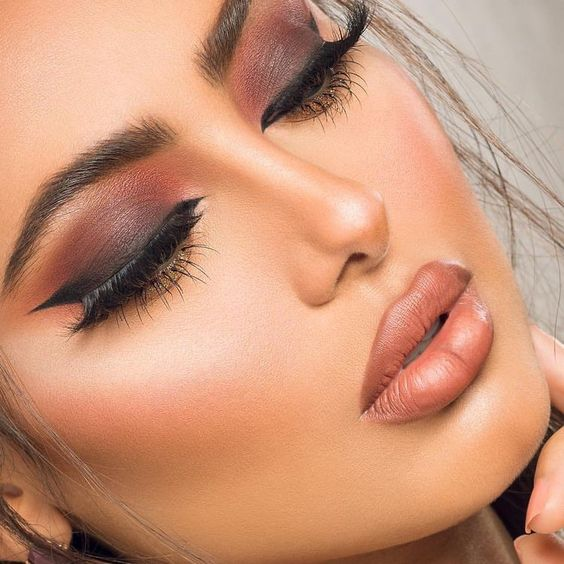 Peach and plum for the eyelids, black winged liner and a pair of falsies for the sexiest makeup look.