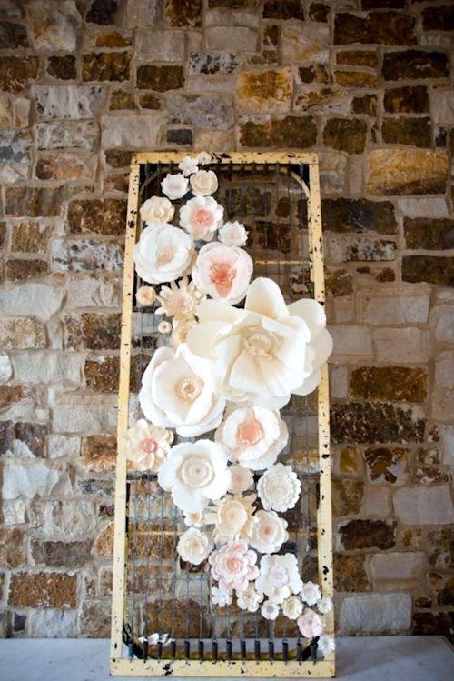 ¿Quién diría que una cama de resortes y flores de papel resultaría en una obra de arte como esta? Foto: LH Photography.