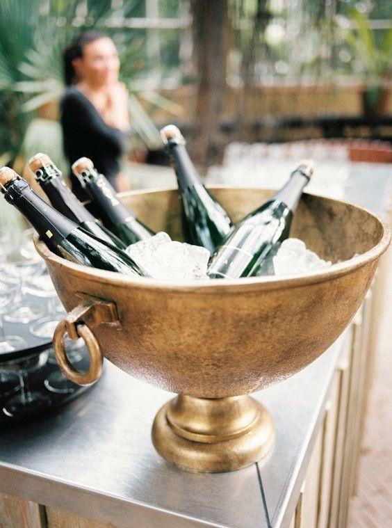 Ofrece un solo tipo de bebida alcohólica como vino o cerveza y deja de lado el champán y el brindis.