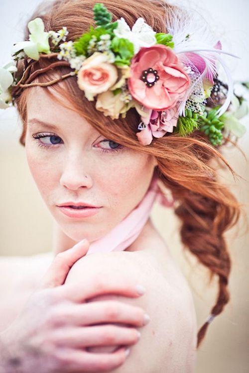Si planeas una boda boho y prefieres una corona de flores más liviana, hazla con flores de papel.