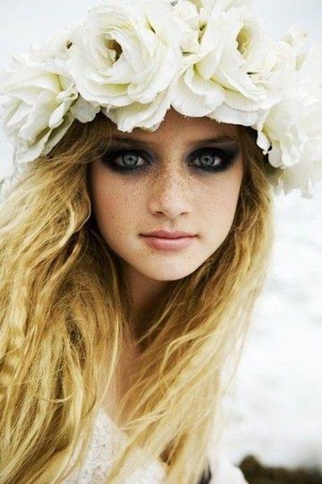 Una corona de flores gigantes blancas, muy boho.