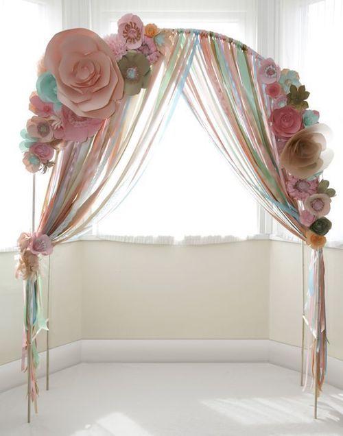 Idea de decoración de bodas con flores de papel y cintas. Sencilla, romántica y económica.