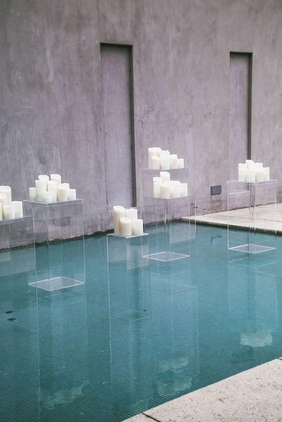 Usa acrílico en lugar de vidrio en la decoración de tu boda. Es menos peligroso y mucho mas económico. Foto: crazyforus.
