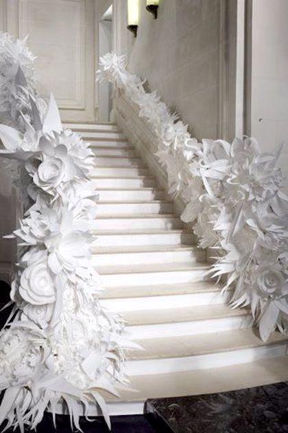 Deja que tu creatividad fluya en la decoración de tu boda con flores de papel gigantes.