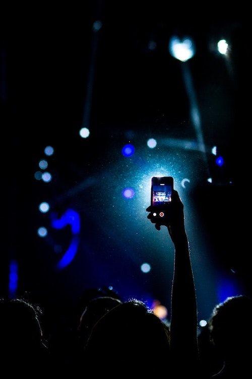 Tus invitados podrán sacar mejores fotos de tu fiesta de bodas con un bastón o stick para selfies. Suma uno a tu boda. Foto: Daniel Gzz/BYW @danigzz90