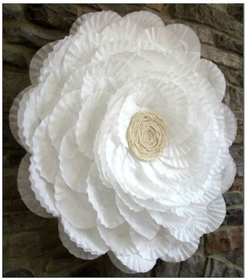 Esta flor gigante está hecha con filtros de café y un hula hoop.