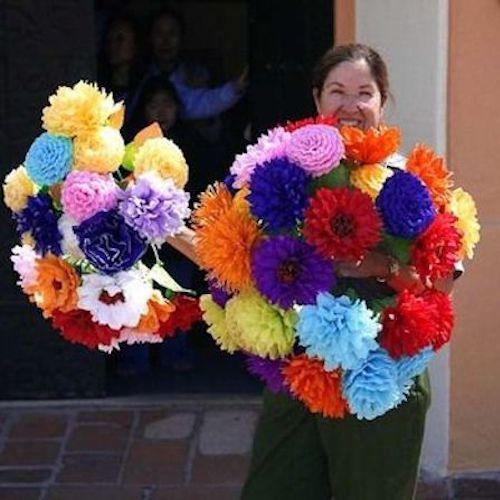 Encantador arte mexicano. Estas flores de papel son super fáciles y se ajustan a toda decoración. Foto: kindawonderful.