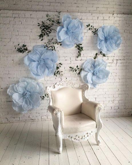 Las peonias son de las favoritas en el mundo de las bodas, pero su precio es prohibitivo para muchos presupuestos. En solo unos pocos pasos puedes crear tu propio fondo con flores de papel gigantes.