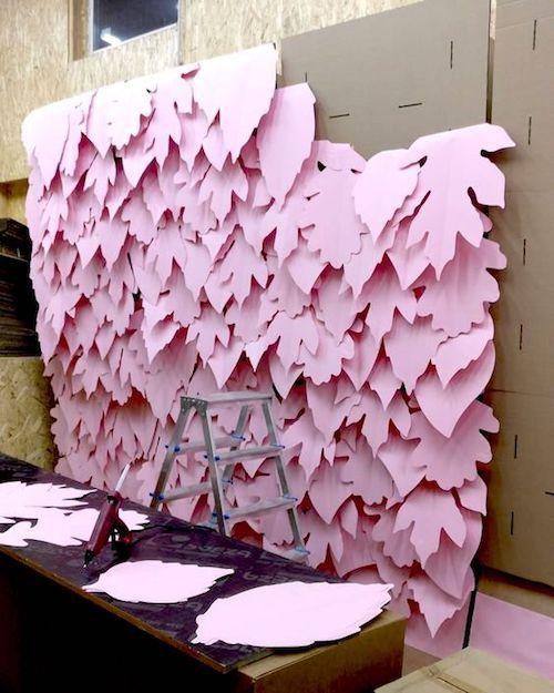 A veces un fondo de hojas es más sencillo de armar que las flores de papel.