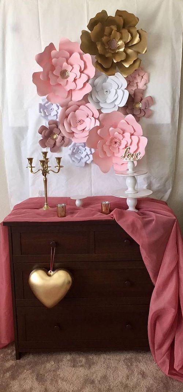 Si no te animas a hacer flores de papel para decorar tu evento, las puedes comprar en Etsy.