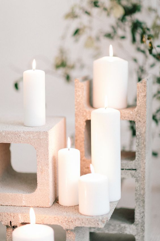 All you need for this industrial-inspired decor are cinder blocks and candles. Ultra creative and affordable. Photographer: Julien Bonjour.