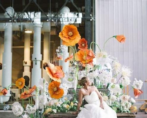 Ideas ultra creativas con flores de papel. Un jardín de flores gigantes para una boda moderna. Foto: Love Me Do Photography.
